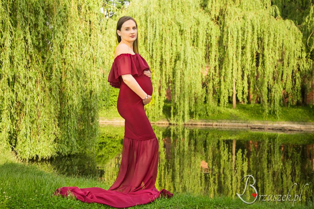 Piękne suknie ciążowe na sesję w plenerze