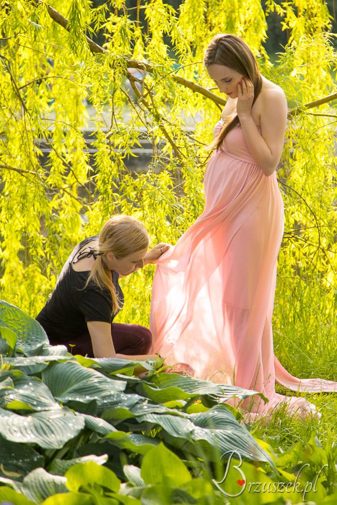 Pomoc podczas sesji ciążowej w plenerze