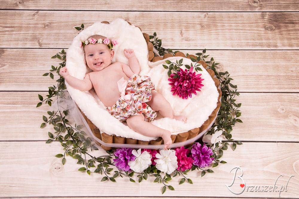 Sesja niemowlęca w kwiatach